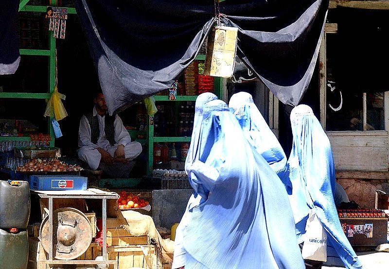 800px-Women_wearing_burka_in_Afghanistan